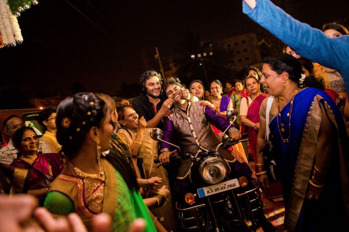 candid-wedding-photographer-bangalore-1101